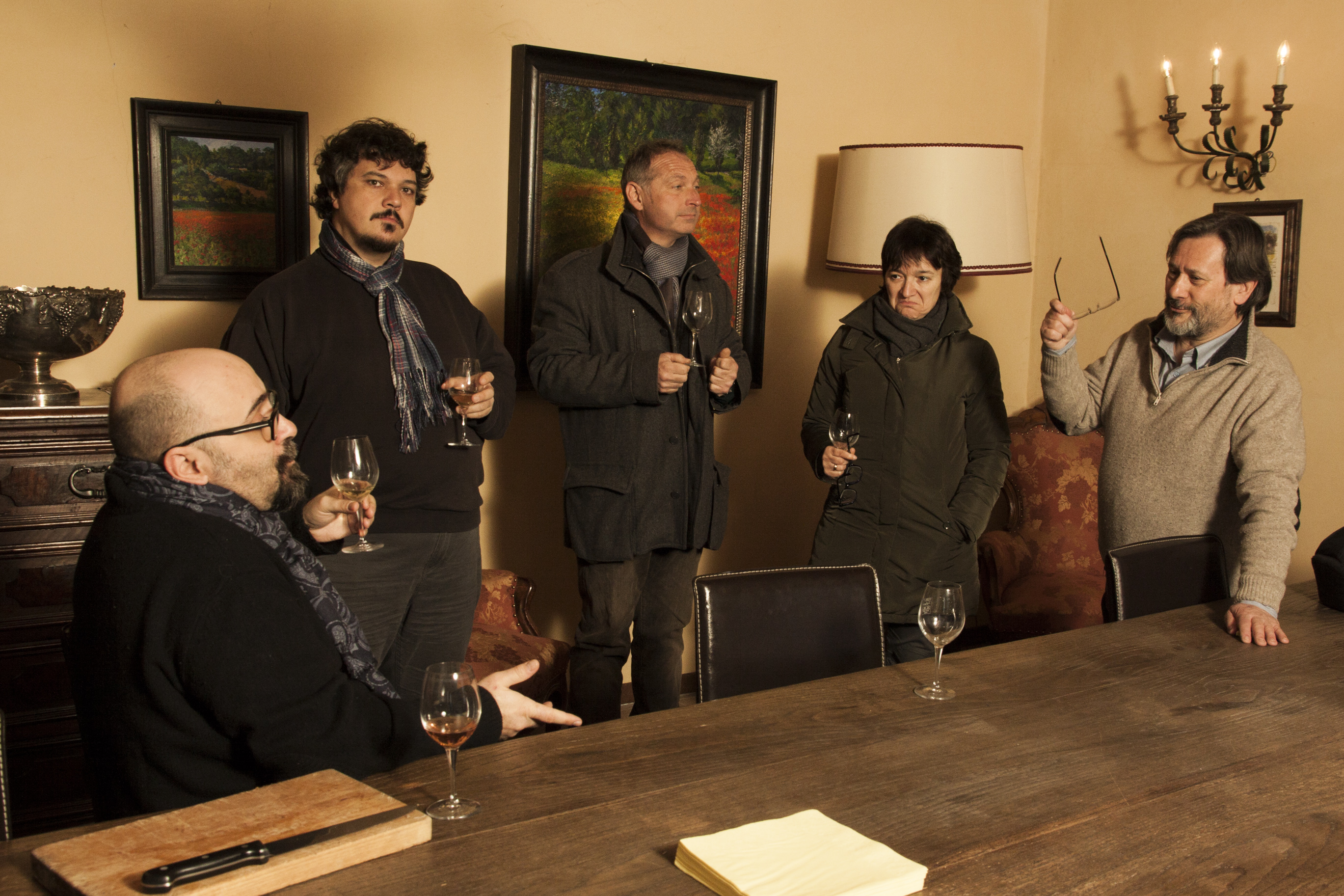chiacchiere davanti a un bicchiere di vino